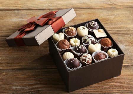 truffe blanche: D�licieux bonbons au chocolat dans une bo�te cadeau sur la table close-up