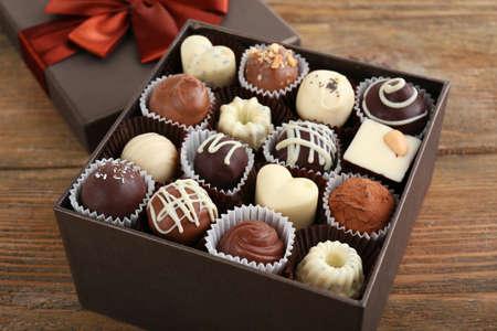 テーブルのクローズ アップのギフト ボックスにおいしいチョコレート菓子 写真素材