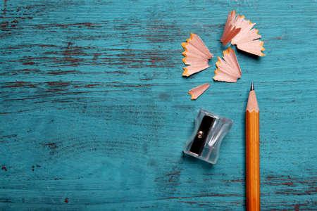 sacapuntas: Lápiz afilado con virutas de color de fondo de madera Foto de archivo