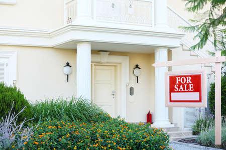 Huis voor verkoop onroerend goed teken voor nieuw huis