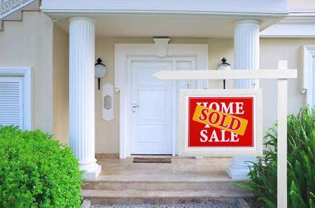 Venduto a casa per il segno vendita Immobili di fronte alla nuova casa Archivio Fotografico - 36359533