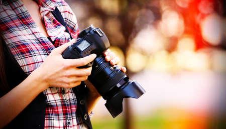 Jonge fotograaf foto's buitenshuis