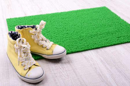 Tapis vert sur le sol et de converser close-up
