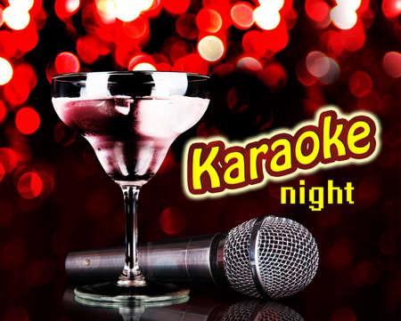 microfono de radio: Micr�fono de plata y c�ctel en la mesa de las luces de fondo rojo, concepto Karaoke