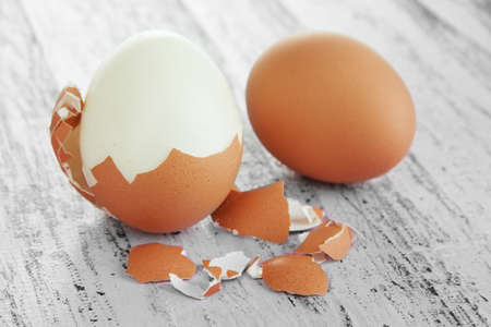 gallina con huevos: Pelada huevo sobre fondo de madera Foto de archivo