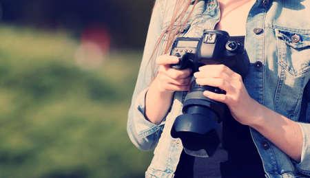 야외에서 젊은 사진 작가 사진을 찍고 스톡 콘텐츠