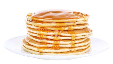 panqueques: Pila de deliciosos panqueques con miel en un plato aislado en blanco