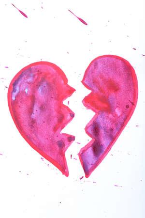 corazon roto: Pintado forma de coraz�n aislado en blanco