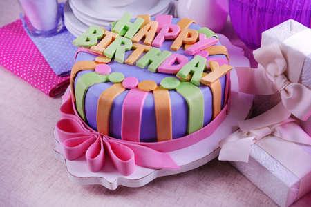 flores de cumplea�os: Delicioso pastel de cumplea�os en la mesa de close-up