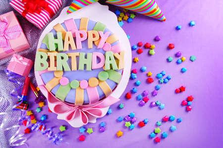 tortas cumpleaÑos: Delicioso pastel de cumpleaños en la mesa de close-up
