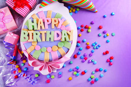 torta candeline: Deliziosa torta di compleanno sul tavolo close-up