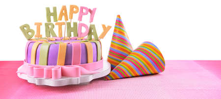 decoracion de pasteles: Delicioso pastel de cumpleaños en la mesa en el fondo blanco Foto de archivo