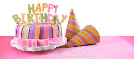 torta candeline: Deliziosa torta di compleanno sul tavolo su sfondo bianco