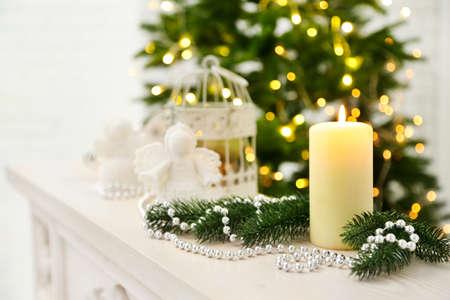 velas de navidad: Adornos de Navidad con velas en el fondo abeto