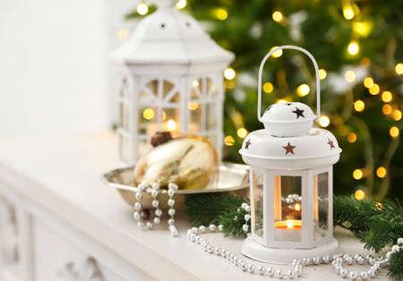 velas de navidad: Adornos de Navidad con linterna en el fondo abeto Foto de archivo
