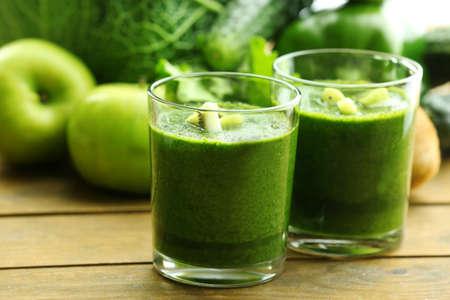 jugo verde: Jugo fresco y saludable verde con frutas y verduras en el fondo mesa de madera