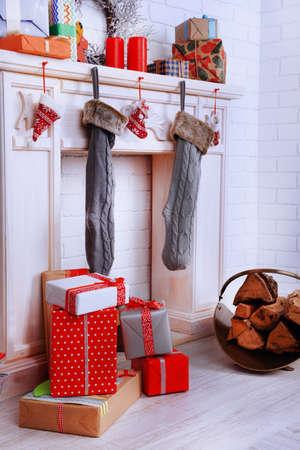 Chimenea con decoración de navidad sobre fondo de pared de ...