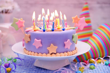 torta candeline: Deliziosa torta di compleanno sul tavolo su sfondo chiaro