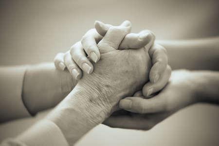 Vieux et jeunes mains de retenue sur fond clair, gros plan Banque d'images - 36590515