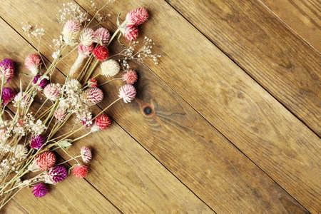 Flores secas sobre fondo de madera rústica tablones