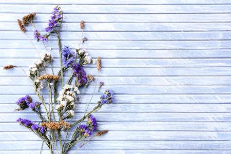 Droge bloemen op achtergrond van kleuren de houten planken