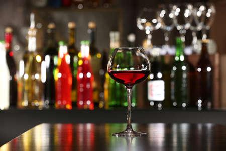 coctel de frutas: Copa de vino con la barra en el fondo