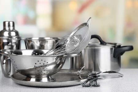 Cucina in acciaio inox su tavola, su sfondo chiaro Archivio Fotografico - 36694476