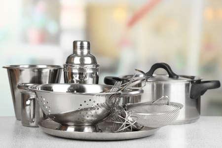 cuchillo de cocina: Utensilios de cocina de acero inoxidable en la mesa, sobre fondo claro