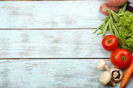 cocina saludable: Marco del verano con verduras org�nicas frescas y frutas sobre fondo de madera