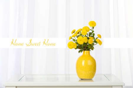 ramo de flores: Hermosas flores en florero en la ventana de fondo y el espacio para el texto Foto de archivo