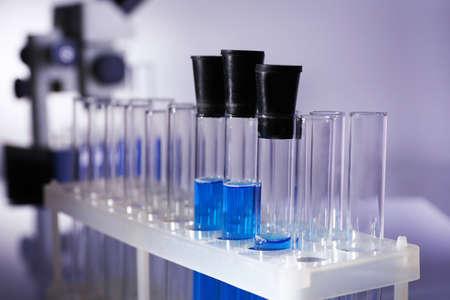 material de vidrio: Cristaler�a de laboratorio con l�quido azul en gris