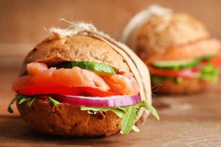 alimentos sanos: Bocadillos con salmón sobre madera