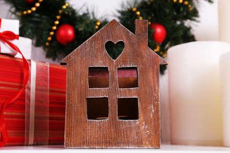 velas de navidad: Decoración de Navidad con guirnalda, velas y cajas presentes en el estante de la pared de fondo blanco Foto de archivo