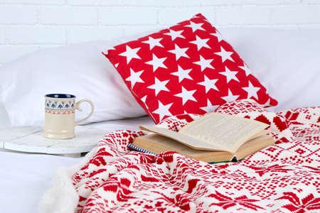 bedsheets: Libro e tazza di t� sul letto close-up Archivio Fotografico