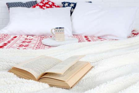 bedsheets: Prenota sul letto close-up Archivio Fotografico
