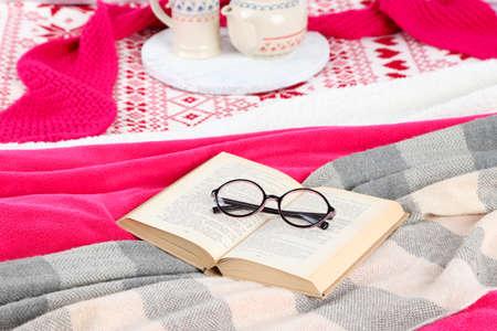bedsheets: Libro e vetri su letto close-up Archivio Fotografico