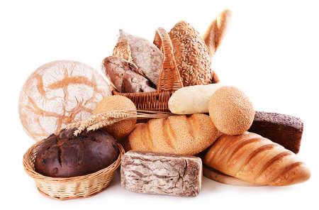 canasta de pan: Diverso pan aislado en blanco