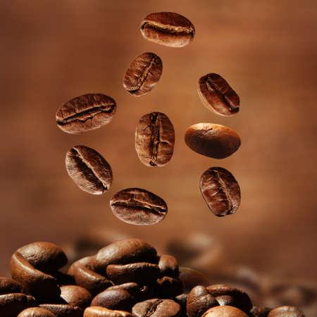 Granos de café sobre fondo marrón Foto de archivo - 37414173