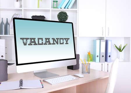 vacante: Lugar de trabajo de oficina con signo de vacantes Foto de archivo