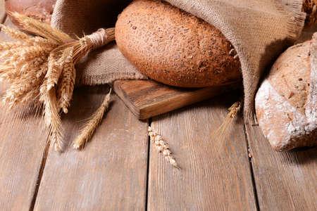 productos naturales: Diverso pan en la mesa de close-up Foto de archivo