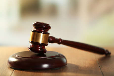 Wooden judges gavel on wooden table, close up Foto de archivo