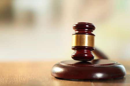 martillo juez: Jueces de madera martillo sobre la mesa de madera, de cerca Foto de archivo
