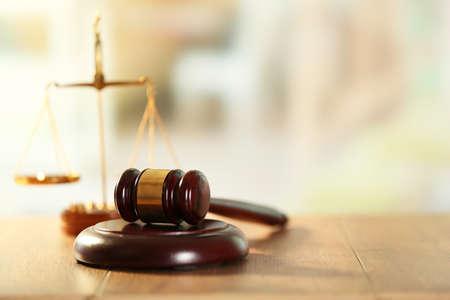 balanza justicia: Jueces de madera martillo sobre la mesa de madera, de cerca Foto de archivo