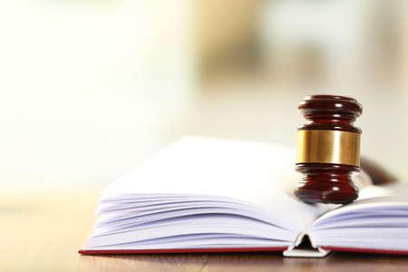 法の本の上に横たわる木裁判官小槌をクローズ アップ