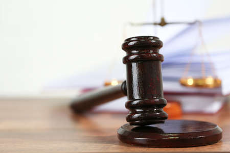justice scale: Jueces de madera martillo sobre la mesa de madera, de cerca Foto de archivo