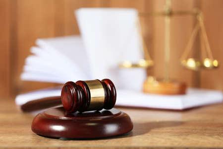 gerechtigkeit: Holz-Richter Hammer auf Holztisch, close up