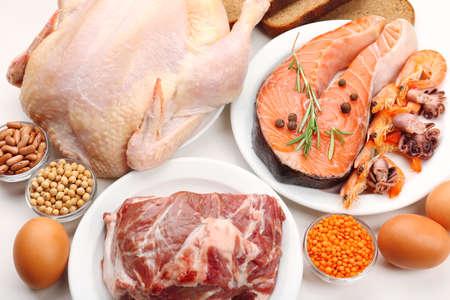 carne cruda: Alimentos ricos en prote�nas de cerca Foto de archivo