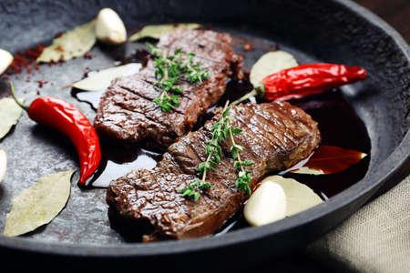 フライパンでステーキをクローズ アップ 写真素材