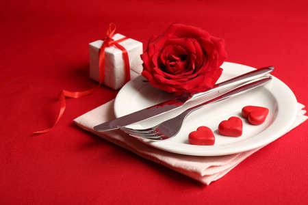 バレンタインデーのお祝いテーブルの設定 写真素材
