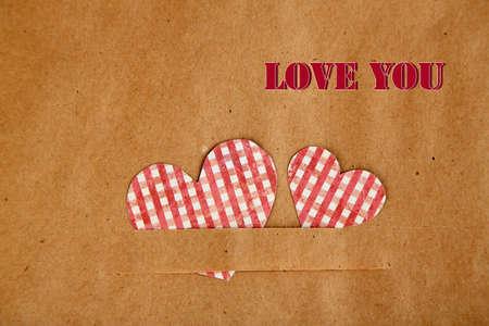agradecimiento: Corazones de papel sobre fondo marrón, close up